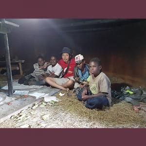 Foto Penulis bersama anak-anak Papua