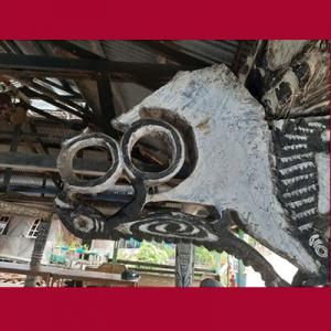 Ukiran gelang, kadal, geometris pada tiang obhee di Papua