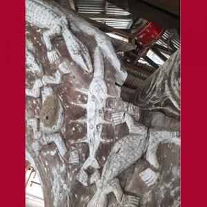 Ukiran ikan pada tiang rumah Papua