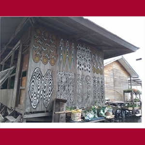Ukiran dinding rumah di Papua