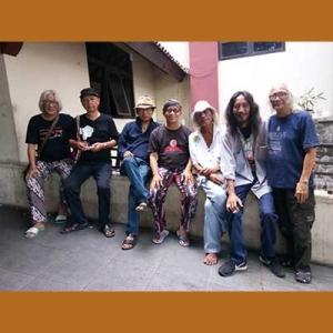 Foto bersama ketika proses karya versi padat naskah Panembahan Reso di Solo. (Dari kiri ke kanan, Iwan Burnani Toni, Hanindawan, Seno Joko Suyono, Kelono Gambuh, Kodok Ibnu Sukodok, Budi Klonthonk, Rudolf Puspa)