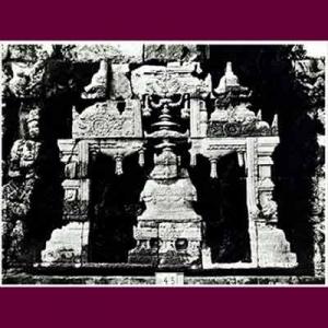 Stupa berchattra di candi Borobudur