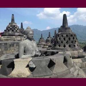 Stupa pendamping menaungi rupang Pancatathagata