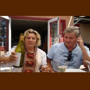 Julie Janson bersama suami