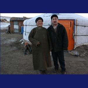 Nenek Tserenkhuu dan Batsukh di depan ger