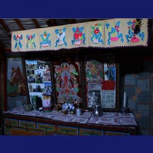 Setiap keluarga nomad Mongol memiliki altar keluarga.