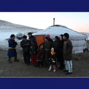 Keluarga Tserenkhuu dan kerabatnya sedang berkumpul di depan tenda ger