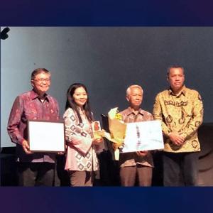 Bambang Bujono menerima penghargaan