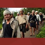 Warga Baduy Dalam berjalan berbaris