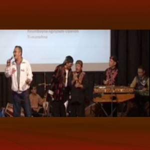 Eka Gandara Wk. menyanyi